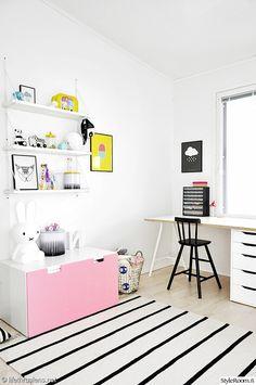 lastenhuone,työhuone,työpöytä,matto,seinähylly,taulu,taulut,printit,julisteet,säilytys,säilytysratkaisu,valkoinen,valoisa,raikas,vaneri
