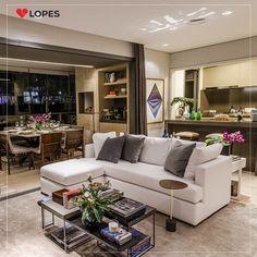 Essa sala com varanda gourmet e cozinha americana integradas proporcionou um ambiente amplo e confortável, com uma decoração cheia de charme e elegância.