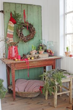 Love the green door and pops of red for Christmas decor Christmas Porch, Farmhouse Christmas Decor, Noel Christmas, Merry Little Christmas, Primitive Christmas, Country Christmas, All Things Christmas, Vintage Christmas, Christmas Crafts