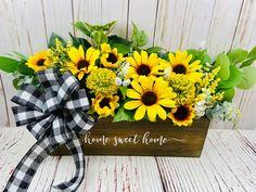 Sunflower Table Centerpieces, Sunflower Floral Arrangements, Beautiful Flower Arrangements, Floral Centerpieces, Table Decorations, Rustic Wooden Box, Wooden Boxes, Sunflower Gifts, Plaid Decor