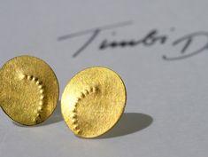 I love the tiny raised gold circles! -Ohrstecker