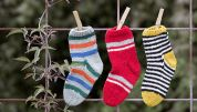 Fin babyjakke i retstrik Slipper Socks, Slippers, Baby Born, Drops Design, Little People, Baby Knitting, Halloween Decorations, Christmas Stockings, Holiday Decor