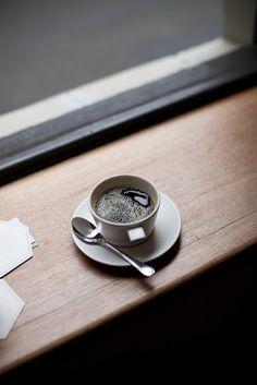innen Fensterbank aus Holz und Tasse Kaffee