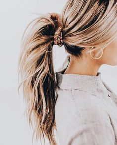 floral orange scrunchie in blonde hair with beach waves Scarf Hairstyles, Pretty Hairstyles, Bangs Hairstyle, Simple Hairstyles, Hairstyle Ideas, Mode Outfits, Mode Inspiration, Hair Day, Hair Inspo
