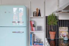 Prachtig interieur met Scandinavische accenten. Mooie keuken met SMEG koelkast. Meer wooninspiratie op mijn interieurblog http://www.interieurinspiratie.nl/