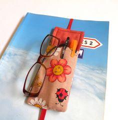 O marcador de página com bolso é bonito e prático. Nele você poderá colocar caneta,marcador de texto e também seu óculos para leitura deixando-o protegido.  O marcador fica preso no livro ou caderno.  Foi confeccionado com tecido 100% algodão e estruturado com manta acrílica para ficar fofinho.  ...