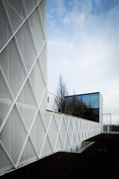 Diamond-patterned fencing clads facade of office and workshop by CAAN Architects