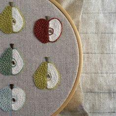 * Крошечные красные яблоки. Зеленое яблоко. Груша. - - -