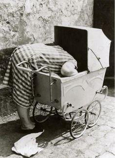Tiefe Einblicke: Mutter im Kinderwagen - fotografiert von Friedrich Seidenstücker 1930 in Berlin. Komische Ansichten waren die Spezialität des Straßenfotografen.