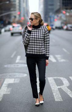千鳥格子柄のハイネックセーターもキレイめでクールなファッションにぴったり。ボトムスは上品なタックパンツなどがよさそうです。