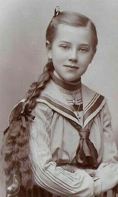 Relaxed portrait of young girl Vintage Abbildungen, Vintage Mode, Vintage Girls, Vintage Beauty, Vintage Postcards, Vintage Style, Vintage Children Photos, Vintage Pictures, Old Pictures