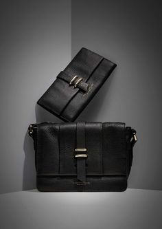 Aretz bag Women's black cross body bag in leather. One main compartment with concealed magnetic button closure. Two smaller compartments inside; one zipped and one open. Fully lined: 21 x 15 x 7 cm.
