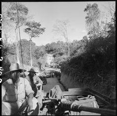 Dans le cadre de l'opération Atlante, les véhicules du génie progressent après le colmatage d'une coupure sur une route.