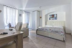 Androna Apartment Trento Androna Apartment is an apartment situated in Trento, 200 metres from Piazza Duomo. Androna Apartment boasts views of the city and is 200 metres from University of Trento. The kitchen features a fridge. A flat-screen TV is offered.