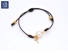 Pulsera en hilo con nudo corredizo con perla natural y cruz #Lturcas #Pulseras #accesorios #Perlas