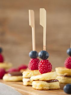 Recipes Snacks Finger Foods Berry pancake skewers with chocolate cream Pancake Healthy, Healthy Breakfast Smoothies, Healthy Cake, Smoothie Recipes, Snack Recipes, Snacks, Diet Recipes, Healthy Recipes, Mini Muffin Desserts
