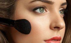 Se você tem a pele clara, sabe bem que exagerar na maquiagem pode fazer com que o look fique um desastre – principalmente nas vezes em que buscamos aquele ar de saúde e acabamos exagerando no blush. Ou quando compramos uma base que está longe de ser a ideal para o nosso tom de pele.Apesar disso, alguns t