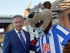 Klaus Wowereit mit dem Maskottchen von Hertha BSC. Foto: dpa