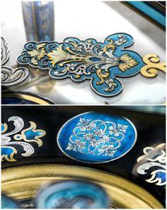 Marqueterie laiton sur table en verre brevet. L'entretoise et les pieds, la ceinture et le plateau, sont entièrement réalisés en marqueterie de laiton et d'étain incrustée dans du verre teinté