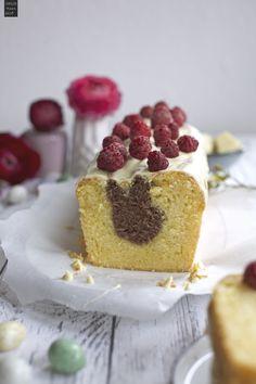 Rezept für einen leckeren Eierlikör-Schokoladen-Kuchen mit kleiner Osterhäschen-Überraschung und Himbeeren als Deko. Hier gibt es das Rezept!