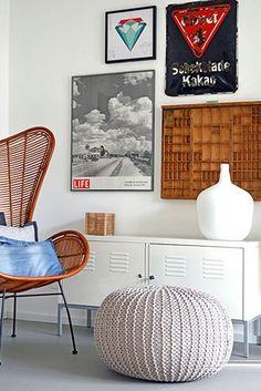 Easy Wanddeko: Zum Beispiel ein alter Setzkasten aus einer Druckerei und ein 100 Jahre altes Emaille-Schild vom Flohmarkt.