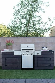 This grilling station is just one cool feature of this backyard makeover designed by Caitlin Ketcham of Desert Domicile. It's a low maintenance backyard, too! That's artificial grass you see in the ph(Cool Designs Ideas) Backyard Kitchen, Outdoor Kitchen Design, Backyard Patio, Backyard Ideas, Rustic Outdoor Kitchens, Grill Design, Patio Design, Outdoor Grill Station, Outdoor Grill Area