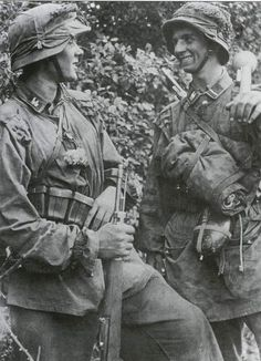 Front line combat troops of SS-Panzerdivision Hitlerjugend in Normandy These young SS-Panzergrenadiers of the HJ Division inflicted devastating losses on the British and Canadian forces. German Soldiers Ww2, German Army, Germany Ww2, German Uniforms, Ww2 Photos, Military Pictures, Nagasaki, War Machine, Military History