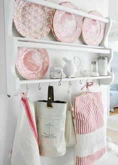 Bordenrek in de keuken met prachtig servies