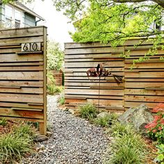 Mettre des palissades en quinconce permet de créer de l'intimité tout en laissant un passage.