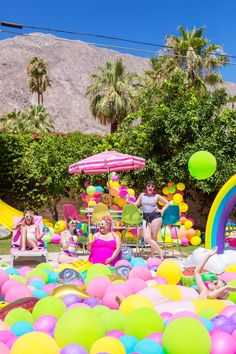 An Epic Rainbow Balloon Pool Party Rainbow Pools, Rainbow Balloons, 13th Birthday Parties, 15th Birthday, Flamingo Party, Sommer Pool Party, Palm Springs, Pool Party Decorations, Pool Party Games