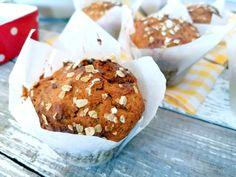 Πανεύκολα, θρεπτικά μάφινς καρότου με βρώμη, αλεύρι ολικής άλεσης και ελαιόλαδο. Δεν χρειάζονται ούτε μίξερ. Ιδανικά για πρωινό ή κολατσιό. School Snacks, Muffins, Breakfast, Food, Morning Coffee, Muffin, Essen, Meals, Yemek