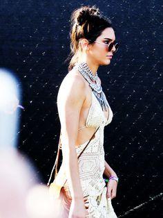 Double-BunsDIE-It-Frisur der 90er, die Double-Buns sind zurück. Sporty Spice Kendall Jenner trägt die Frise am liebsten zum lässigen Spitzenkleid mit Statement-Kette.