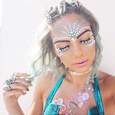 Find your inspiration for your next rve and festival or when dressing like your favorite mermaid. Ahhhh festival makeup goals right there ✨ Festival Looks, Festival Make Up, Edm Festival, Face Gems, Face Jewels, Rhinestone Makeup, Make Carnaval, Festival Makeup Glitter, Glitter Makeup