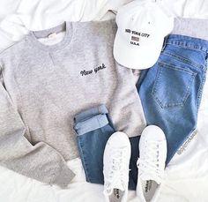 Jean azul, buzo gris, zapatillas blancas y gorro baseball blanca