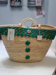 By Clara crochet: Capazos de palma natural, decorados a ganchillo. Cute Purses, Purses And Bags, Crochet Beach Bags, Crochet Edging Patterns, Bags 2017, Straw Tote, Boho Bags, Basket Bag, Crochet Purses