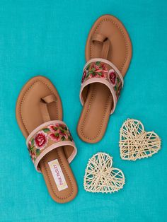 Flat footware ideas and inspiration. Shoes Flats Sandals, Sandals Outfit, Flat Shoes, Pretty Sandals, Cute Sandals, Fashion Slippers, Fashion Flats, Comfortable Flip Flops, Indian Shoes