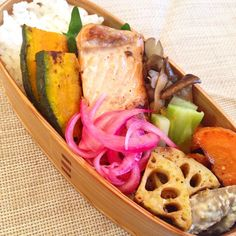 posted from @se_co おひるごはん 秋鮭 #obento #obentoart #bento #lunch #lunchbox #japan #japanfood #japanesefood #japanesebento…
