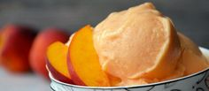 Skip the store-bought desserts and whip up easy, healthy peach frozen yogurt made with just four ingredients. No ice cream machine required! Peach Frozen Yogurt, Frozen Yogurt Recipes, Frozen Desserts, Frozen Treats, Delicious Desserts, Dessert Recipes, Yummy Food, Fruit Dessert, Fruit Recipes