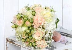#Brautstrauss im #Vintage #Style in den Farben #creme und #lachs sowie ein bisschen #apricot und #Spitze - #weddingdecor #bride #bouquet #wedding #ideas #bridebouquet