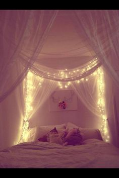 four poster bed + lights.