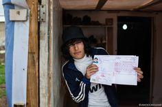 """""""Mi mancano il sorriso di mia madre la mattina,i miei amici che mi aspettano fuori casa per andare insieme a scuola"""". Hany, 21 anni, è un rifugiato siriano in Libano. Nella loro casa di Homs lui e la sua famiglia hanno resistito per un po', ma quando gli zii sono stati uccisi hanno deciso di fuggire. L'unica cosa che Hany è riuscito a portare con sè è il diploma di liceo: un piccolo appiglio per continuare a sperare di potere, un giorno, iscriversi all'università."""
