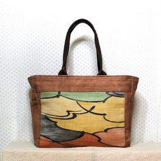 モダン柄の帯地を利用した和テイストバッグはカジュアルにも、和装にも合わせていただけるデザインです。本体部分はキャンバス地に柿渋染めを施しています。柿渋は紫外線...|ハンドメイド、手作り、手仕事品の通販・販売・購入ならCreema。