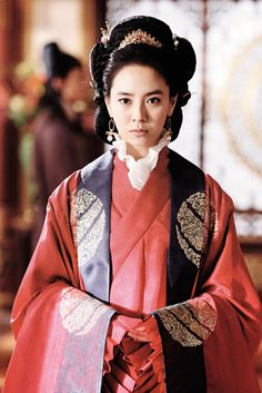 Song Ji-hyo is a South Korean TV and film actress. She is well known for her portrayal of ballerina Min Hyo Rin in Princess Hours, Lady Ye So-ya in MBC Jumong and as the Queen in A Frozen Flower. Korean Hanbok, Korean Dress, Korean Outfits, Korean Clothes, Korean Traditional Dress, Traditional Dresses, A Frozen Flower, Korean Fashion Trends, Historical Clothing