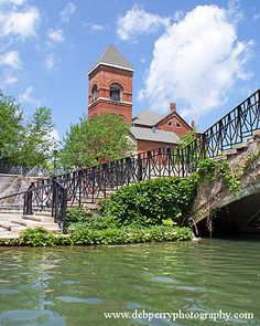 Take a stroll down the beautiful Canal Walk located in downtown Indianapolis. The Canal Walk is part of the Indiana Central Canal, which was dug in the early 1800's. Today, the refurbished Canal Walk (stretching north through White River State Park to 11th Street) serves the downtown community as a waterside promenade for walkers, runners, bikers and sightseers. (V)