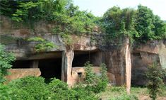 An overview of the mysterious Longyou caves or grottoes in China, which might have been built with ancient technology. World History Classroom, Cave Entrance, Tourism, House Styles, Mysterious, Underground Caves, Construction Worker, Geology, Discovery