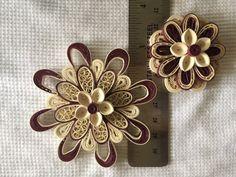 2 fleurs de papier de couleur Bordeaux et Ivoire Colombine, scellées avec scellant de papier, avec un aimant sur les côtés arrière.