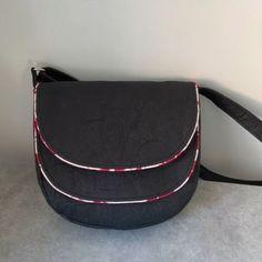 Sac Musette en simili noir cousu par Les ID du CHAS Couture et Création - Patron Sacôtin