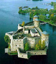 Olavinlinna Savonlinnassa. Olavinlinna on vanha rakennus joka rakennettiin 1400 vuotta sitten. Kirjoittanut Tiltu.