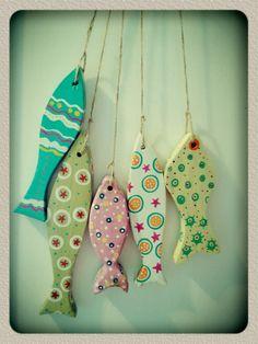 Peces de madera pintados a mano. Clay Fish, Ceramic Fish, Fish Wall Art, Fish Art, Wooden Painting, Bible School Crafts, Wood Fish, Fish Crafts, Clay Miniatures