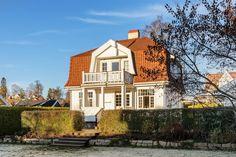 IDYLL PÅ STABEKK- Klassisk villa i Jugendstil beliggende i stille og enveiskjørt vei. Stor og solrik have. Betydelig oppgradert de senere år. Sogner til Stabekk barneskole. | FINN.no